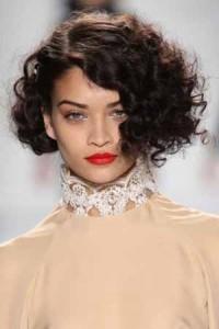 capelli-ricci-con-taglio-asimettrico